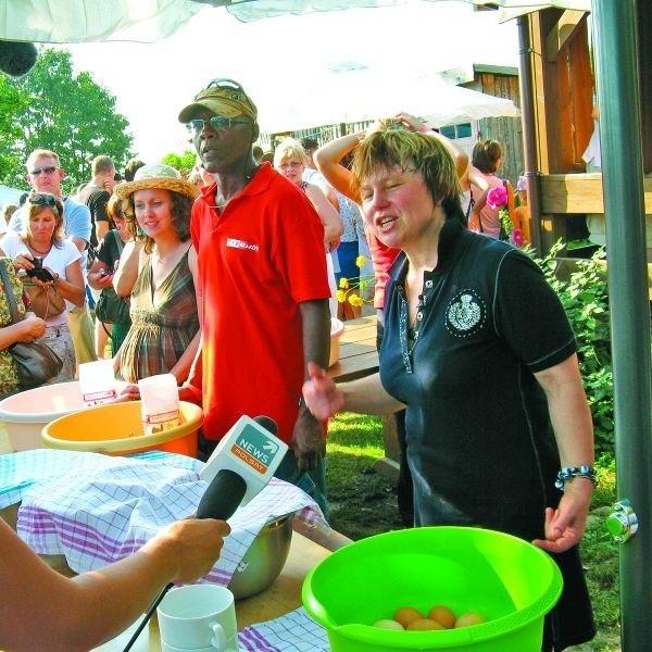 """Warsztaty kulinarne organizowane w gospodarstwie agroturystycznym """"Tatarska Jurta"""" przez Dżennetę Bogdanowicz (pierwsza z prawej) w Kruszynianach to wielkie widowisko medialne"""