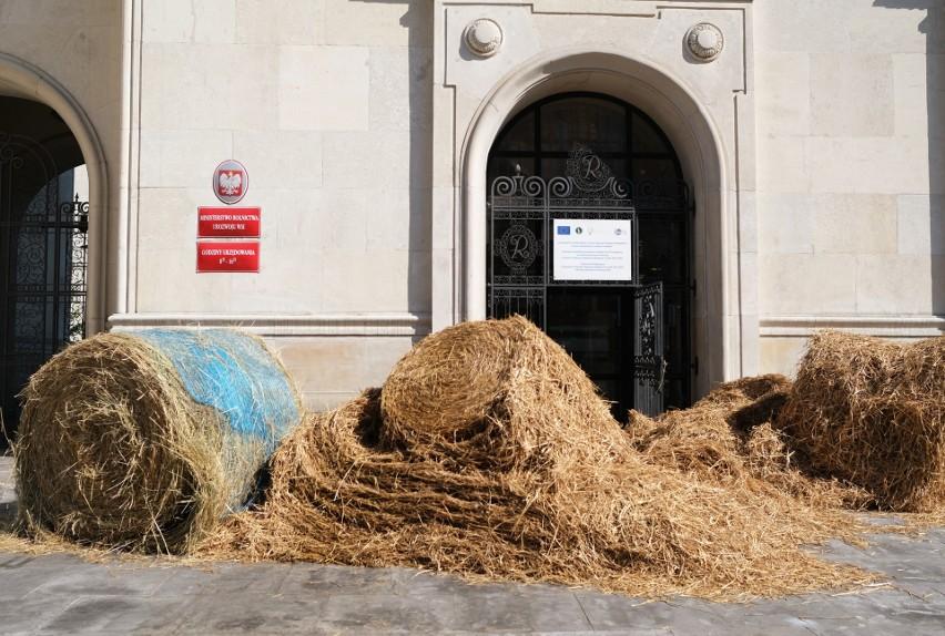 """Warszawa: Protest AGROunii. Zablokowano Ministerstwo Rolnictwa [ZDJĘCIA] """"Stamtąd się dzisiaj nie wyjdzie, tam się dzisiaj nie wejdzie"""""""