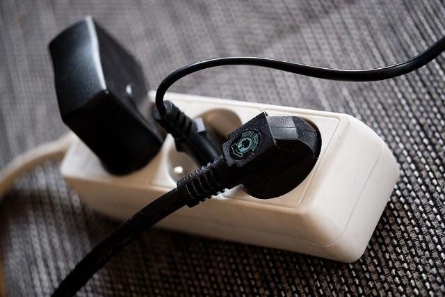 Rachunek za prąd to często dla nas jedynie kolejna faktura do zapłacenia. Wysokość naszych rachunków zależy od zużytej energii, ale czy wiemy, ile energii zużywają nasze domowe urządzenia? Postanowiliśmy sprawdzić, ile kosztuje nas używanie lodówki, pralki, zmywarki i wielu innych popularnych urządzeń które mamy w domach. Zobaczcie na kolejnych zdjęciach >>>