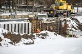 Kraków. Budują linię tramwajową na Górkę Narodową. Powstaje most, betonowa rynna i przekładają potok. Zobacz postępy prac [ZDJĘCIA]