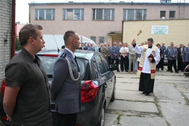 Nowe policyjne auta pośwęcił ks. Marek Gruda – kapelan ostrowskiej policji