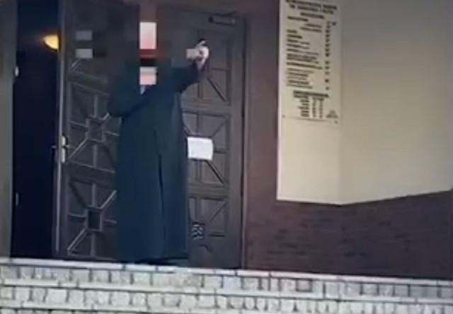 Proboszcz parafii św. Franciszka we Wrocławiu przegania protestujących sprzed kościoła.