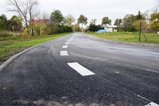 Zakończyła się budowa drogi osiedlowej w centrum Rzyszczewa. Żużlowa jezdnia zastąpiona została drogą asfaltową.Wykonano też zjazdy do posesji z kostki betonowej, a pasy zieleni obsiano trawą. Dzięki temu powstało prawie 375 m nowej drogi z oznakowaniem poziomym i pionowym.Realizatorem inwestycji – wykonawcą robót była firma Harat sp. z o.o. z Miastka.Droga w Rzyszczewie to jeden z punktów wpisanych w Lokalny Plan Rewitalizacji na terenie tej miejscowości. Koszt budowy to prawie 589 tys. zł, który w 85% sfinansowany zostanie ze środków unijnych z Europejskiego Funduszu Rozwoju Regionalnego oraz budżetu państwa w ramach Regionalnego Programu Operacyjnego Województwa Zachodniopomorskiego na lata 2014-2020.Zobacz także Zakończył się remont elewacji Kościoła Mariackiego w Sławnie
