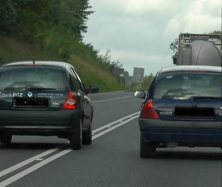 Kierowca nie przejmował się tym, że nie wolno przekraczać podwójnej linii ciągłej