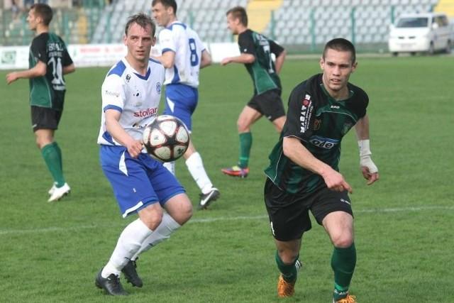 Piłkarze Stali Stalowa Wola rozpoczęli mecz w Płocku z opóźnieniem, przegrali 0:2 i stracili jeszcze kontuzjowanego Wojciecha Reimana (z prawej).