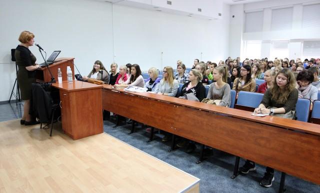 Maturzyści szukają informacji o nowych zasadach matur oraz o ofercie wyższych uczelni.