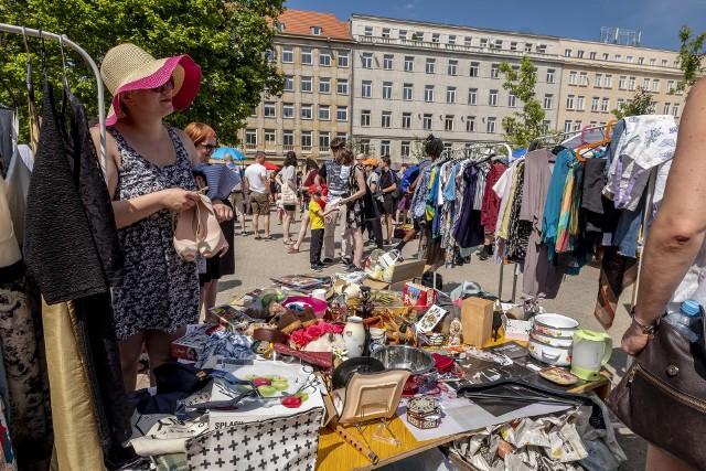 W niedzielę, 23 czerwca, na placu Wolności w Poznaniu można kupić ubrania, płyty, książki, bilety czy ciasta. Wszystko to w ramach Poznańskiej Garażówki. To już ósma edycja akcji - tym razem zebrane pieniądze zostaną przeznaczone na działalność fundacji Kids Paradise. Działa ona na pograniczu turecko-syryjskim.