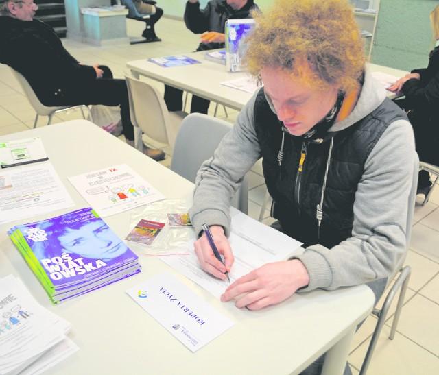 Z nowego programu w Urzędzie Miasta skorzystał wczoraj Bartłomiej Marciniak, który pobrał koperty dla swoich bliskich