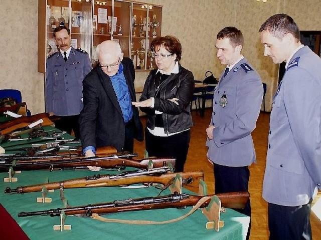 Przekazanie broni odbyło się w inowrocławskiej komendzie policji. Eksponaty odebrał osobiście dyrektor muzeum dr Marek Rubnikowicz.