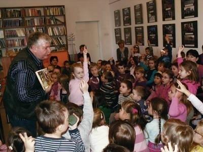 Podczas spotkania z Wiesławem Drabikiem sala niepołomickiej biblioteki była wypełniona po brzegi Fot. archiwum BP w Niepołomicach