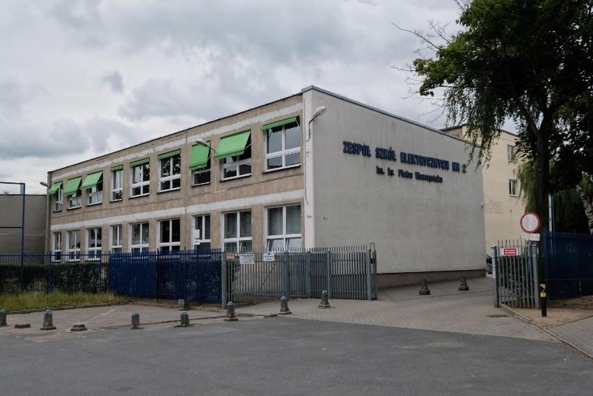 Zbigniew A., były dyrektor, jest oskarżony o molestowanie uczennic. Jego proces wciąż nie ruszył. Jeden z zarzutów zostanie umorzony?