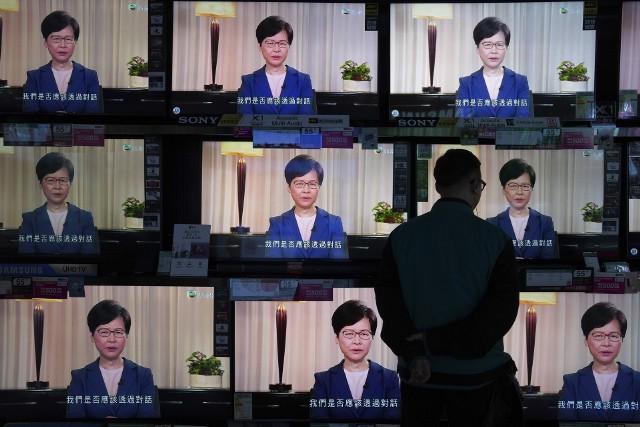 Carrie Lam podczas wystąpienia telewizyjnego.
