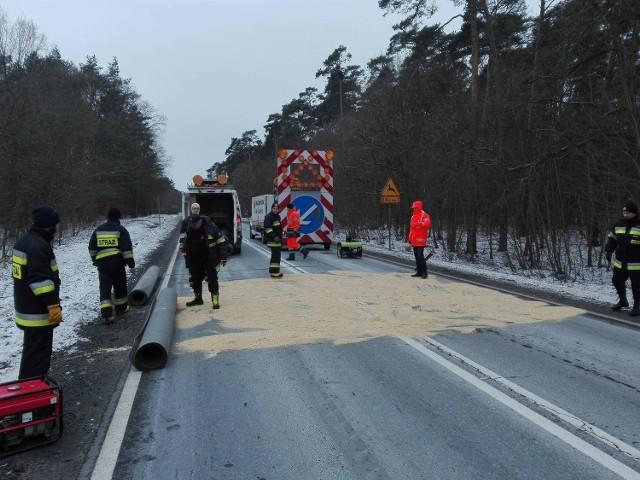 Strażacy wstrzymali ruch na drodze krajowej nr 24 i wykonali maty dezynfekujące na asfalcie.
