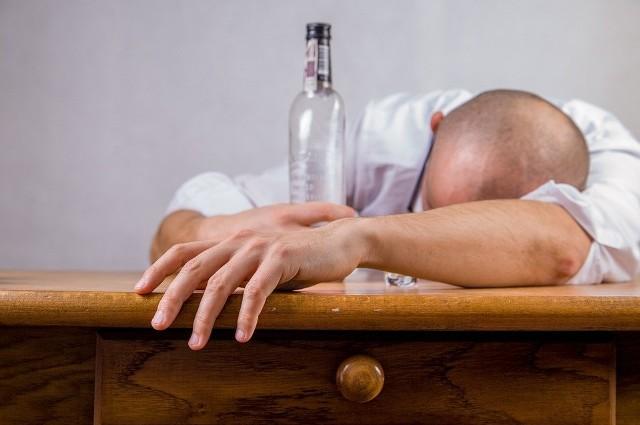 Aby złagodzić skutki kaca, należy pić duże ilości płynów/zdjęcie ilustracyjne