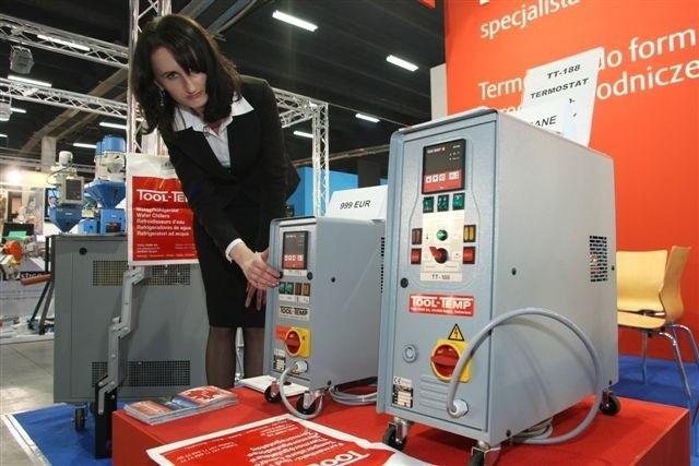 Inżynier ds. sprzedaży kieleckiej firmy Tool Temp, Alek-sandra Kiełbus, prezentowała wczoraj zwiedzającym agregaty i termostaty. fot. Dawid Łukasik