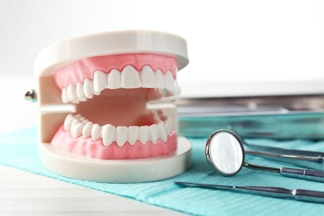 Protezy zębowe służą do uzupełnienia ubytków w jamie ustnej.