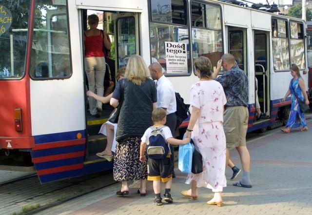 """Tak miały wyglądać wczoraj szczecińskie tramwaje. Jednak dyrektor Miejskiego Zakładu Komunikacji nakazał zerwanie plakatów zapowiadających artykuł """"Głosu"""" o kontrowersyjnej decyzji w sprawie budowy wodociągu."""