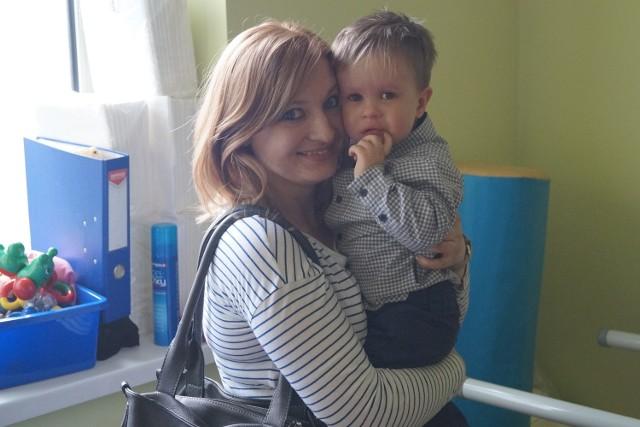 Mały Antoś praktycznie się nie ruszał dopiero rehabilitacja przyniosła efekty. Teraz chodzi i mówi. Na zdjęciu z mamą, Pauliną Szcześniak.