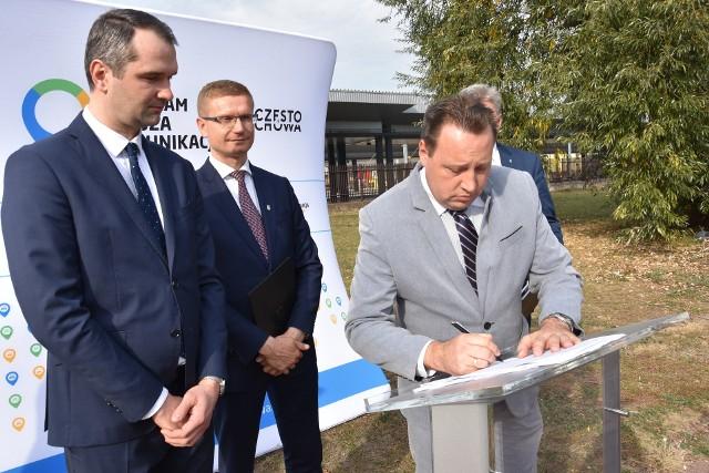 Piotr Kurkowski, dyrektor Miejskiego Zarządu Dróg i Transportu w Częstochowie, podpisuje umowę na budowę centrów przesiadkowych