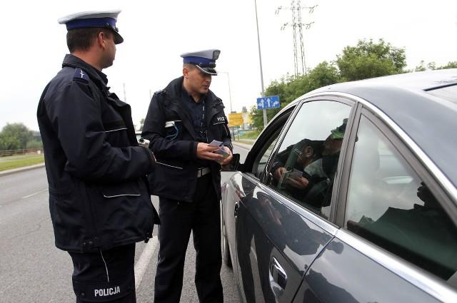 """Podczas akcji pod hasłem """"Pirat""""  policjanci zatrzymali na drogach w Łodzi 421 kierowców, którzy popełnili 438 wykroczeń. Niektórzy utracili prawo jazdy. Tylko jeden kierowca był pijany"""