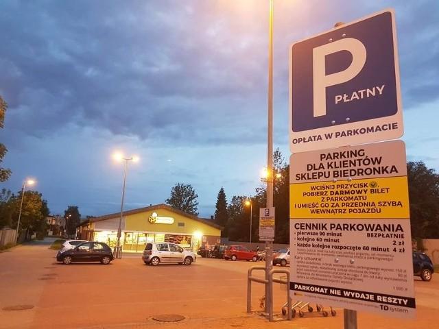 150 tys. kary musi zapłacić firma TD System, która pobierała opłaty parkingowe przy niektórych sklepach Biedronka i Aldi. Tak zdecydował prezes Urzędu Ochrony Konkurencji i Konsumentów, do którego docierały skargi od klientów tych sieci sklepów. Wszystko zaczęło się dwa lata temu, gdy do Urzędu Ochrony Konkurencji i Konsumentów zaczęły docierać skargi od klientów sklepów Biedronka i Aldi, którzy byli karani nawet w sytuacji, gdy nie minął jeszcze czas na bezpłatne parkowanie. Zgodnie z regulaminem parkowanie było bezpłatne przez 60 lub 90 minut -pod warunkiem że klient pobrał bilet parkingowy i umieścił go za przednią szybą. Jeśli tego nie zrobił, zarządca parkingu naliczał opłatę w wysokości 90 zł albo 150 zł.Czytaj dalej