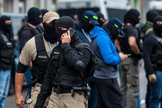 Policjanci zabezpieczyli kominiarkę czy pałkę teleskopową, których używali sprawcy podczas napadów