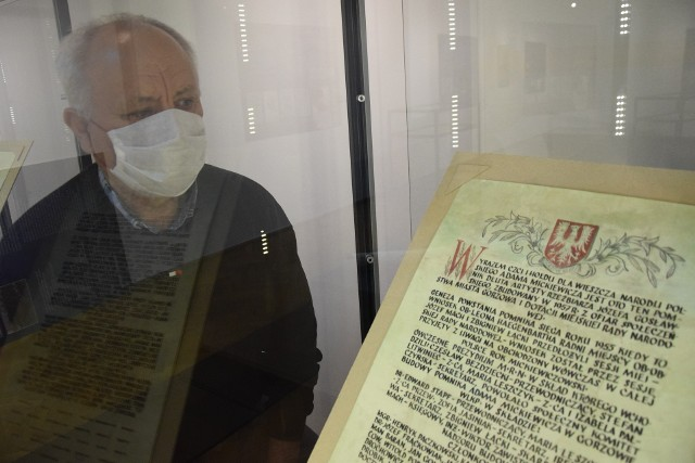 """W trakcie Nocy Muzeów będzie można zobaczyć wystawę """"Dwa dokumenty - dwie epoki"""", a w niej akty erekcyjne znalezione w cokole pomnika Adama Mickiewicza."""