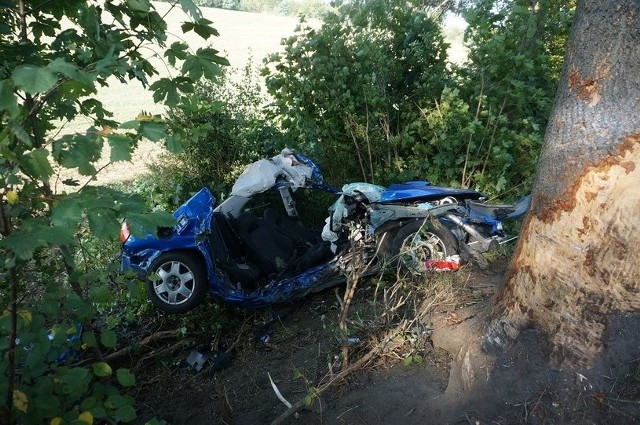 W Mikołowie doszło do zderzenia subaru i seicento. Po kolizji kierowca subaru stracił panowanie nad pojazdem i zjechał na pobocze, następnie z wielką siłą uderzył w drzewo. Samochodem podróżowało czterech młodych mężczyzn. Na miejscu śmierć poniósł 21-letni kierowca Subaru i siedzący z tyłu 22-letni pasażer. Pozostali pasażerowie trafili do szpitala.WIĘCEJ CZYTAJ NA KOLEJNYM SLAJDZIE