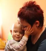 Dwuletnia Michalinka ma ostrą białaczkę. Jej rodzina wciąż szuka mieszkania.