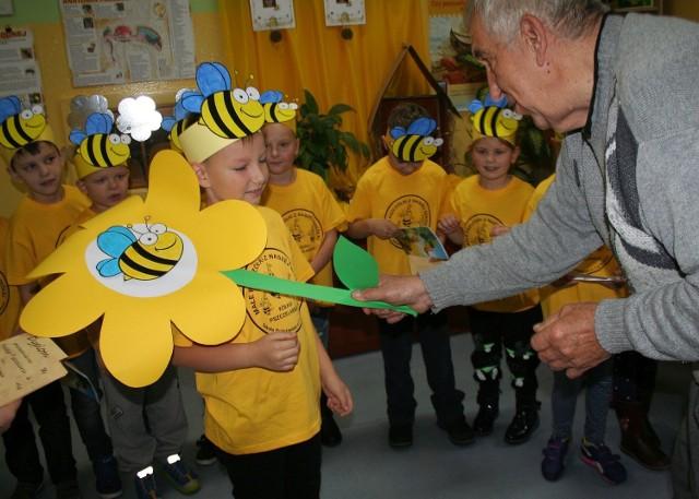 """Młodzież z kółka pszczelarskiego, działającego przy SP7 w Świeciu, została dziś pasowana na pszczelarzy. Dokonał tego uroczyście Czesław Wejner, prezes koła pszczelarzy w Świeciu. Były występy, przemowy, gratulacje i przyrzeczenie: """"Będziemy troszczyć się o pszczoły!"""". Joanna Michałowska, opiekunka kółka """"Pszczółki z naszej szkółki"""" dostała nominację do szacownej Braci Bartników. Wręczona jej ona zostanie w dzień św. Ambrożego, patrona pszczelarzy, czyli 7 grudnia. Wcześniej nauczycielka musiała odlać świecę z pszczelego wosku. W międzyczasie do SP7 dojechał szkolny ul. Wiosną będzie on zasiedlony i stanie w ogrodzie przy farze."""