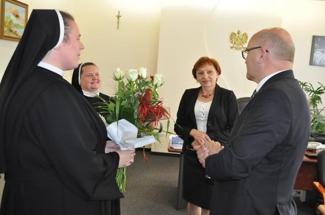 Siostra odbiera kwiaty z rąk starosty Małgorzaty Tudaj i jej zastępcy Józefa Gismana.