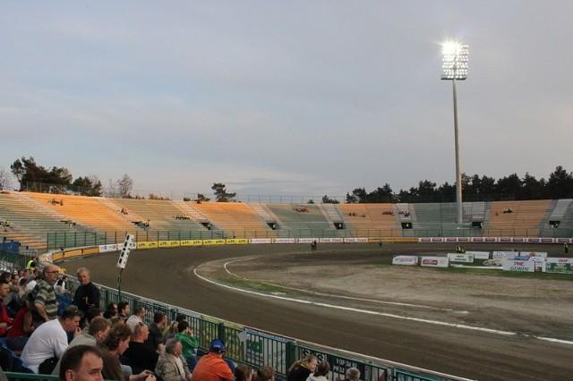 30 kwietnia podczas finału Złotego Kasku na trybunach siedzieli tylko robotnicy. Podobnie było dwa dni później na meczu z Betardem Wrocław. Czy w niedzielę pierwszy łuk się wypełni?