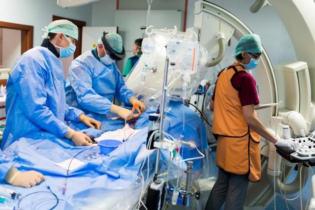 Chirurgiczna asysta lekarza to nowy zawód medyczny.