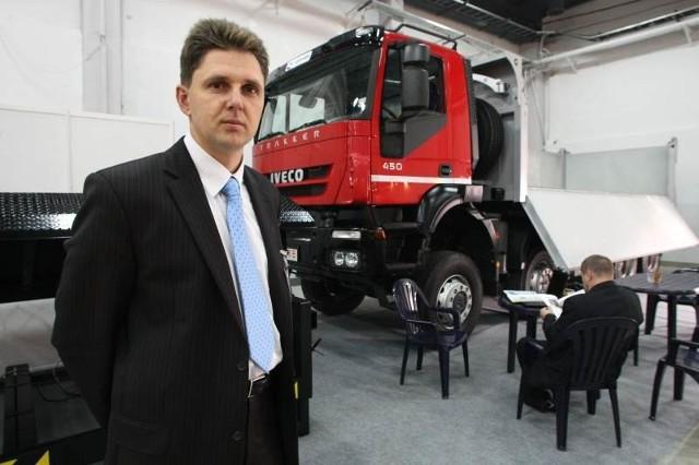 Tomasz Gorgis, dyrektor do spraw sprzedaży w firmie Gervasi Polska prezentował na targach ciężarowe iveco z burtami otwieranymi z trzech stron.
