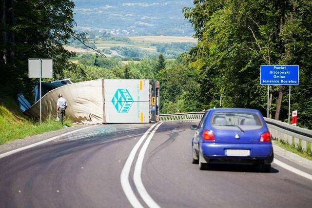 Tir wpadł do rowu w Woli KomborskiejBułgarski tir wpadł w poniedziałek do rowu w Woli Komborskiej. Zdjęcia ciężarówki zrobił wczoraj nasz Czytelnik.