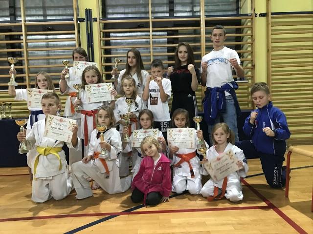 Wojownicy ze Skarżyskiego Klubu Sportów Walki przywieźli dziesięć medali z Giedlarowej, reszta zajmowała miejsca punktowane.