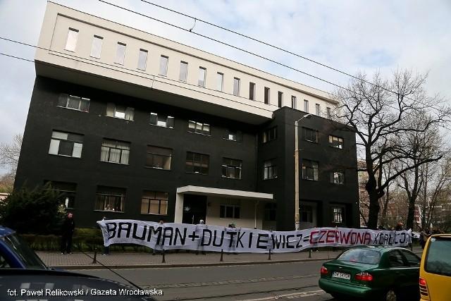 Pierwsza rozprawa osób oskarżonych o zakłócanie porządku publicznego podczas wykładu  prof. Zygmunta Baumana na Uniwersytecie Wrocławskim rozpoczęła się dziś o godzinie 9.30