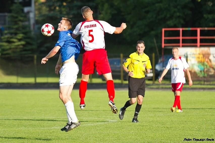 Piłkarze Stali Sanok (niebiesko-białe stroje) pokonali...