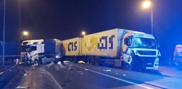 Dziś wieczorem doszło do bardzo groźnego wypadku w Nakle nad Notecią. Zderzyły się dwa samochody ciężarowe. Jeden z kierowców wymagał pomocy ratowników medycznych.Czytaj więcej na kolejnych stronach--->