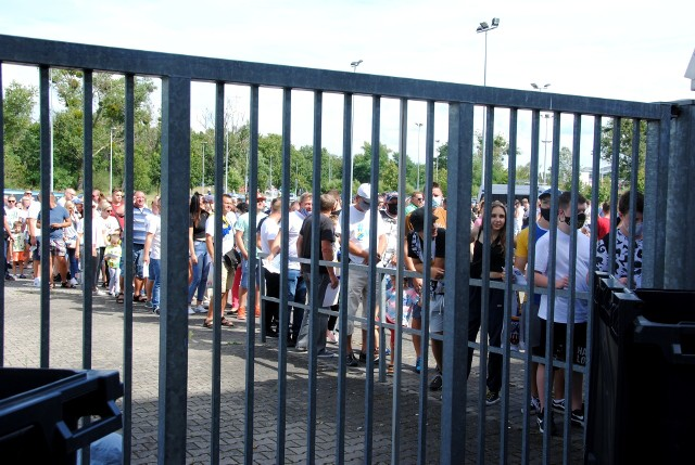 Kibice stali w niedzielę w długich kolejkach na stadion
