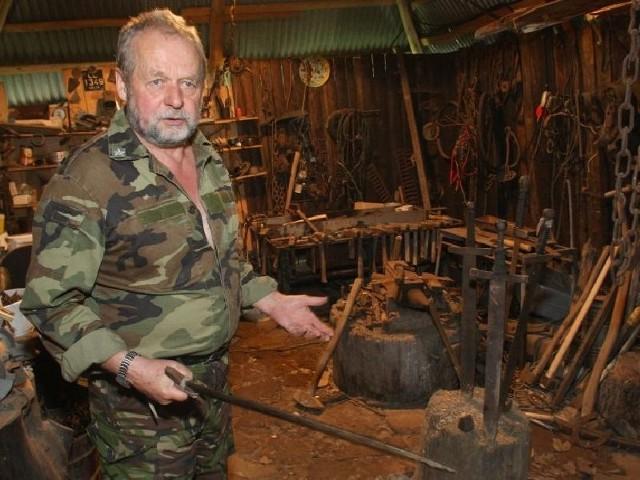 Od XVIII wieku w mojej rodzinie są sami kowale. Własnoręcznie produkujemy miecze i inną broń - mówi preppers.