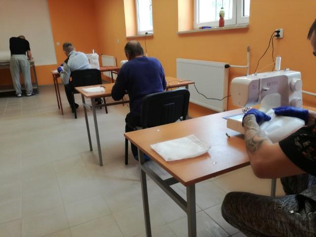 Maseczki ochronne szyją między innymi więźniowie z zakładu w Żytkowicach. To zajęcie w ramach programu resocjalizacji.