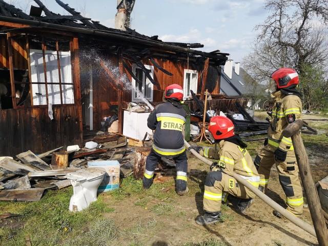 W piątek ogień strawił dom letniskowy i garaż w miejscowości Winne Podbukowina (gm. Dubiecko) niedaleko Przemyśla. Do pożaru wyjechało sześć zastępów strażaków: PSP Przemyśl, OSP Dubiecko, OSP Nienadowa, OSP Drohobyczka i OSP Przedmieście Dubieckie. W pożarze nikt nie został ranny.