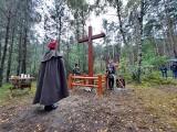 W lesie w Górach Lasochowskich odnowiono krzyż na pamiątkę mszy świętej z udziałem powstańców styczniowych 1863 roku [ZDJĘCIA]