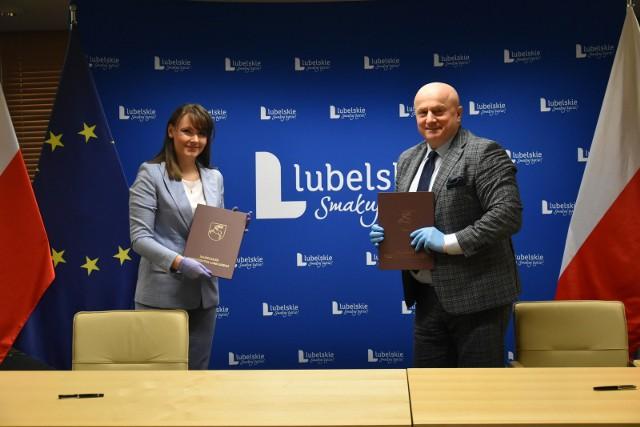 Kamila Ćwik, dyrektor szpitala w Chełmie, w trakcie podpisywania umowy z marszałkiem