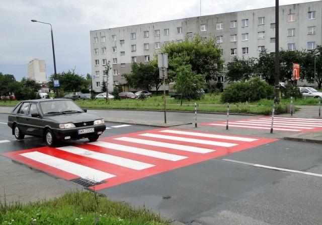 Zebra na czerwonym tle pojawiła się kilka dni temu na ulicy Jana Pawła, na wysokości przedszkola i szkoły podstawowej.