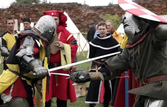 Turniej rycerski na zamku krzyżackim w Radzyniu Chełmińskim odbył się w sobotę. Uczestniczyło w nim kilkudziesięciu rycerzy. Przygotowano też konkurencje dla publiczności. Przyjechali także rekonstruktorzy dawnych rzemiosł. Nie brakło stoisk z jedzeniem m.in. przygotowanym przez panie z KGW.