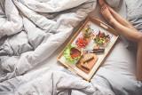 Jedzenie przed snem. Oto naturalne środki nasenne! Dietetycy wymieniają, co warto zjeść przed snem [LISTA]