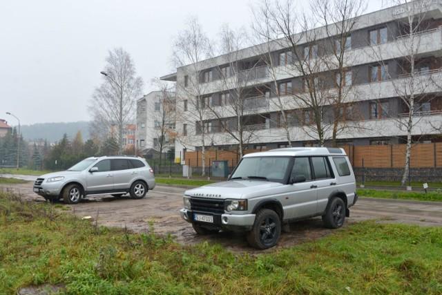 Naprzeciwko apartamentowca Kryształowa 20A mieszkańcy utworzyli sobie dziki parking.