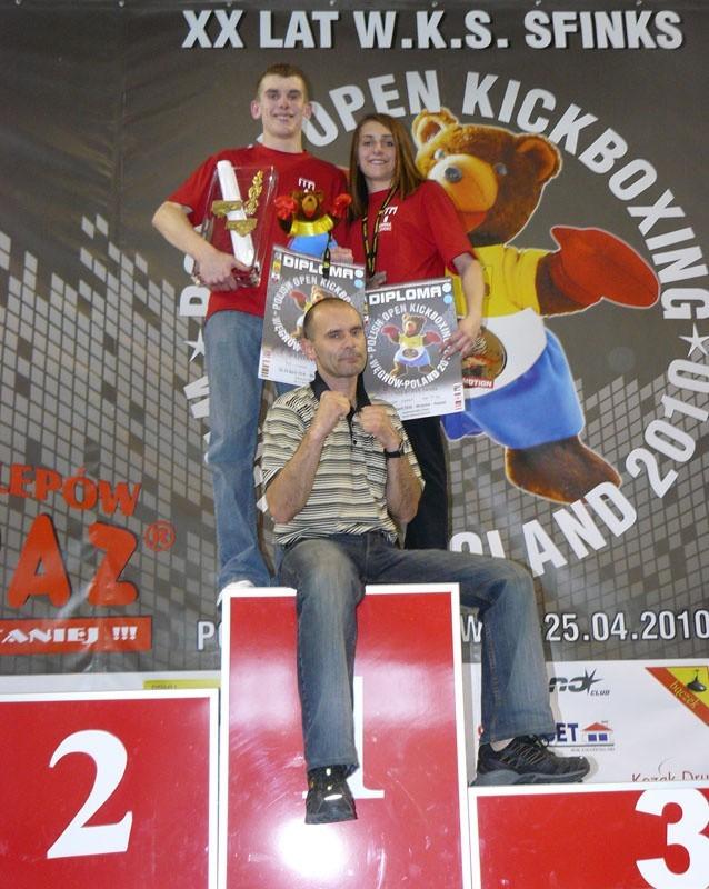 Trener Jerzy Pilarz (na pierwszym planie) miał powody do radości. Jego zawodnicy (Diament Pstrągowa) uzyskali satysfakcjonujące rezultaty.